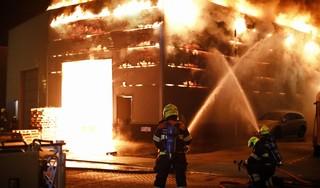 Grote brand verwoest bedrijfsgebouw in Heemskerk [video]