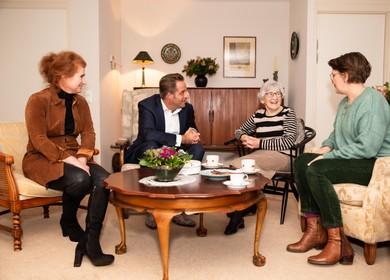 Minister Hugo de Jonge op bezoek bij Lies (92): Met de Saar de wijde wereld in