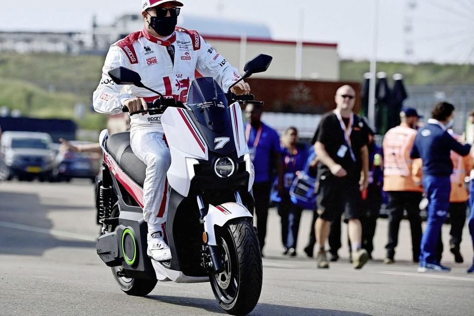 Kimi Raikkonen op weg naar de paddock.