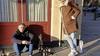 Michel viert zijn verjaardag op een leeg terras, met alleen zijn goede vrienden Gerard en Mark
