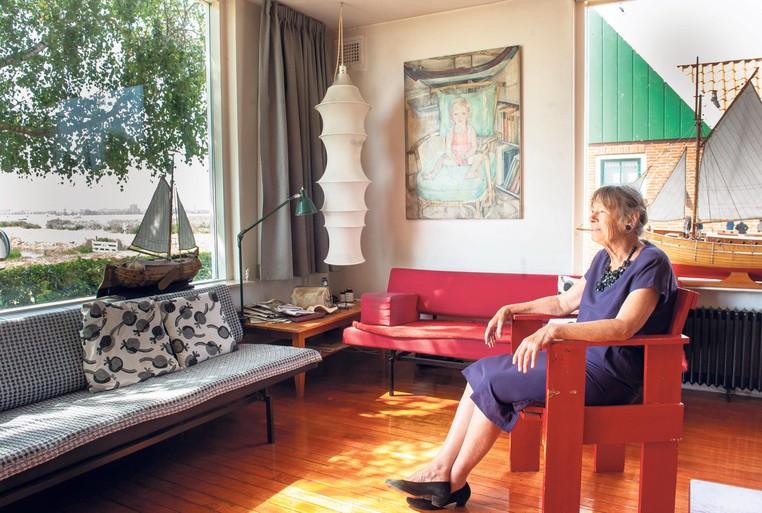 Vrouwke Bouhuijs is heel gelukkig in Durgerdam