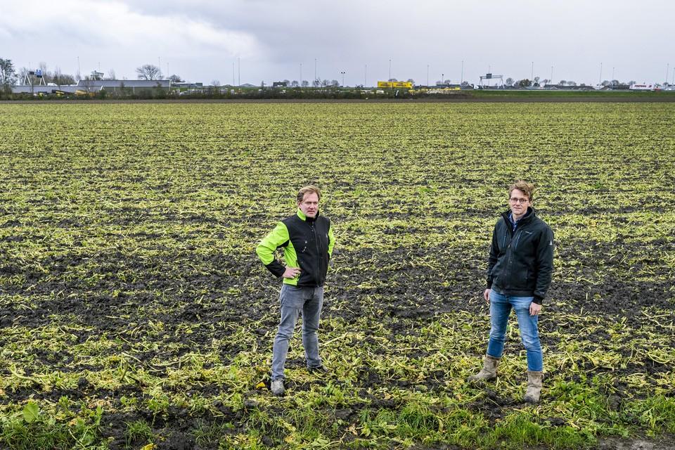 De boeren Hein van Elderen en Arwin Bos op een van de akkers waar zonnepanelen op komen te staan.