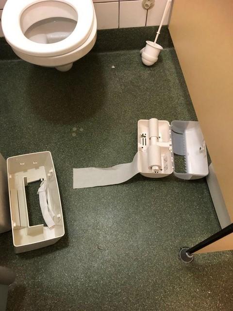 Ook op toiletten van als gastheer fungerende clubs werden vernielingen aangericht door de zogenaamde 'HKS'.