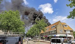 Woning verwoest door zeer grote brand in Haarlem-Noord. Ook omliggende panden schade opgelopen [video]