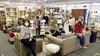 Kringloopwinkels open op afspraak. Blije gezichten en hard 'doorshoppen' bij de klanten en mooie bos tulpen: 'Ik ben zo blij dat jullie weer open zijn'