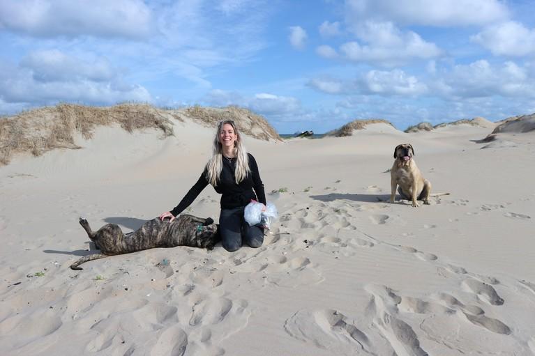 Met je hond zwerfvuil rapen: Joy de afvalhond apporteert geen ballen, maar pet-flesjes [video]