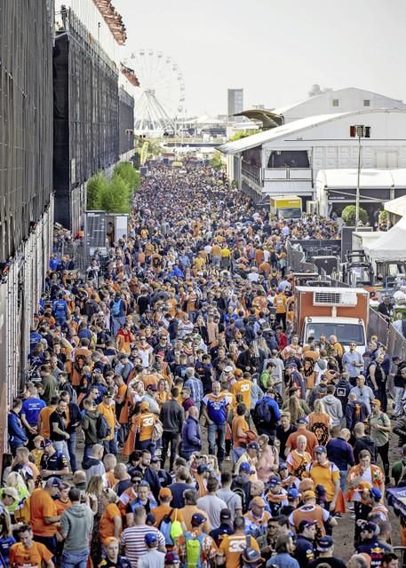 Publiek achter de hoofdtribunes tijdens de eerste vrije training op het circuit van Zandvoort.