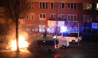 Fotografen Haarlems Dagblad bekogeld met stenen door relschoppers in Schalkwijk [video]