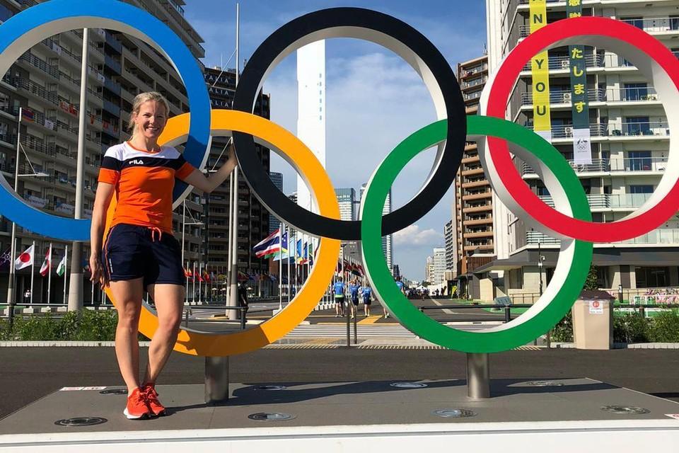 Maike Willems bij de olympische ringen in het olympisch dorp in Tokio. ,,Aan de lichamen zie je welke sporten ze doen.''