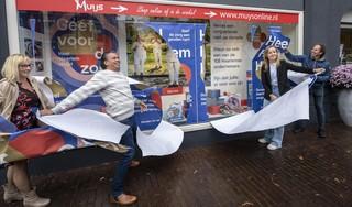 Stichting Heel Haarlem Helpt heeft eigen etalage bij Muijs Kantoor & Kado