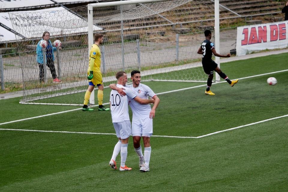 Melle Springer (voorgrond links) wordt na de 3-0 gefeliciteerd door ploeggenoot Reda Kharchouch. Achter het duo balen de AZ'ers Rody de Boer en Abdul Yusif.