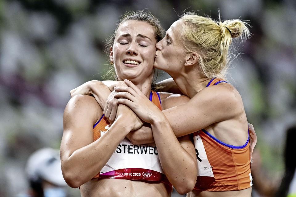 Anouk Vetter geeft Emma Oosterwegel een kus na de finale 800 meter.