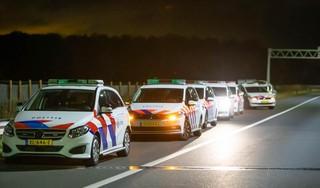 Grote politiemacht maakt einde aan illegaal feest met honderden bezoekers in Hilversum, twee aanhoudingen [video]