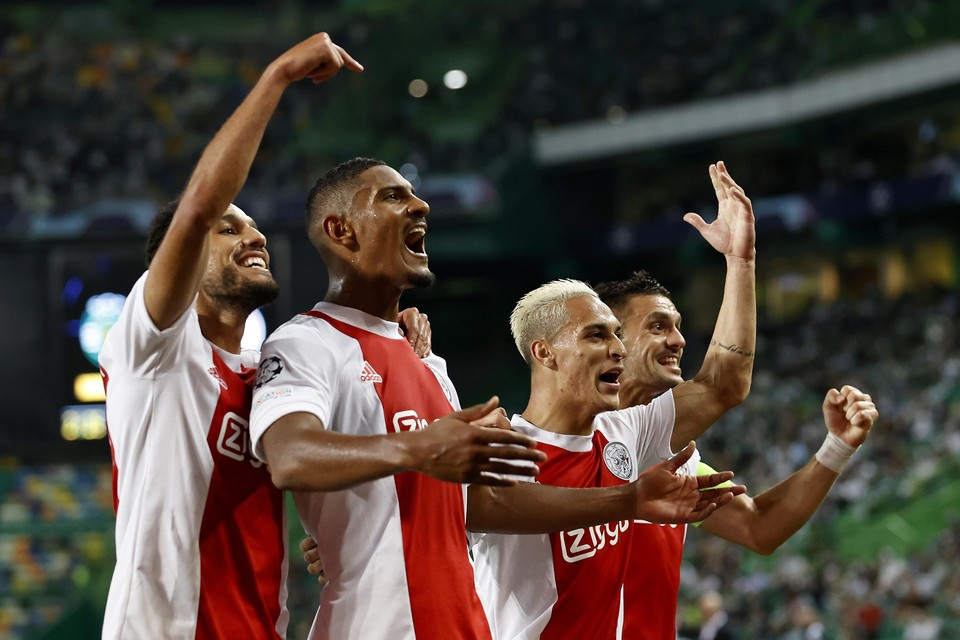 Vlnr: Noussair Mazraoui, Sebastien Haller, Antony Matheus Dos Santos en Dusan Tadic of Ajax vieren de 1-5.