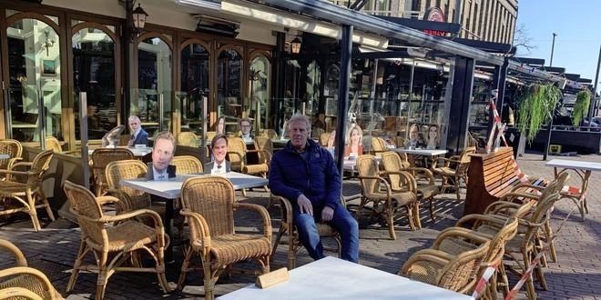 Ondernemer Berend van Briemen naast zijn Haagse 'gasten', in Zaandam.