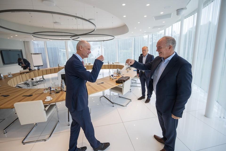 Demissionair minister Blok en Tata-directeur Van den Berg begroeten elkaar. Vlak voor de aankondiging van Tata kwamen beiden naar het provinciehuis in Haarlem.
