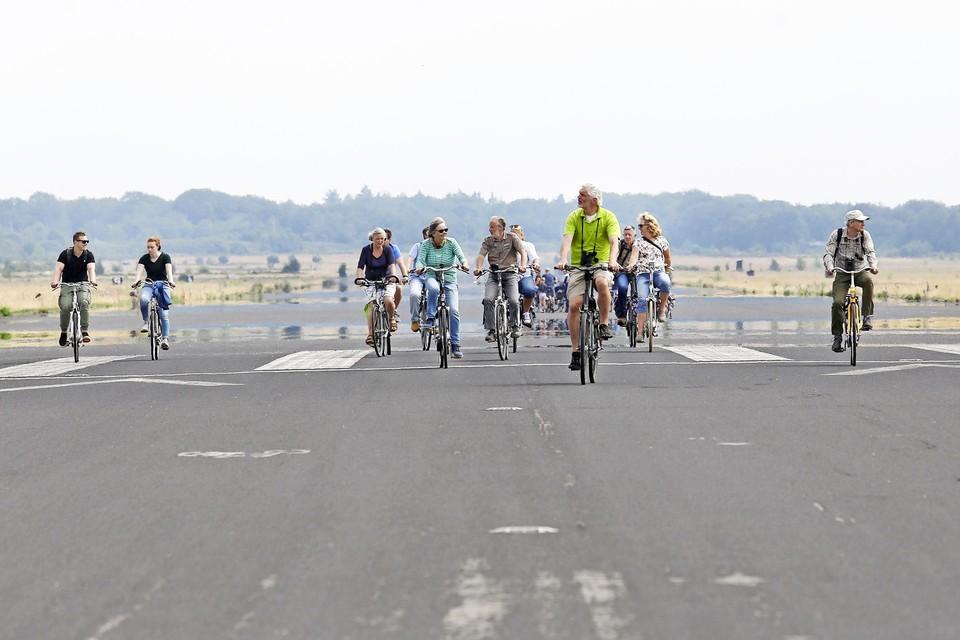 Op fietsexcursie over de landingsbaan langs de nesten van de veldleeuwerikken, het mocht zaterdag bij uitzondering tijdens een publieksdag op Vliegbasis Soesterberg