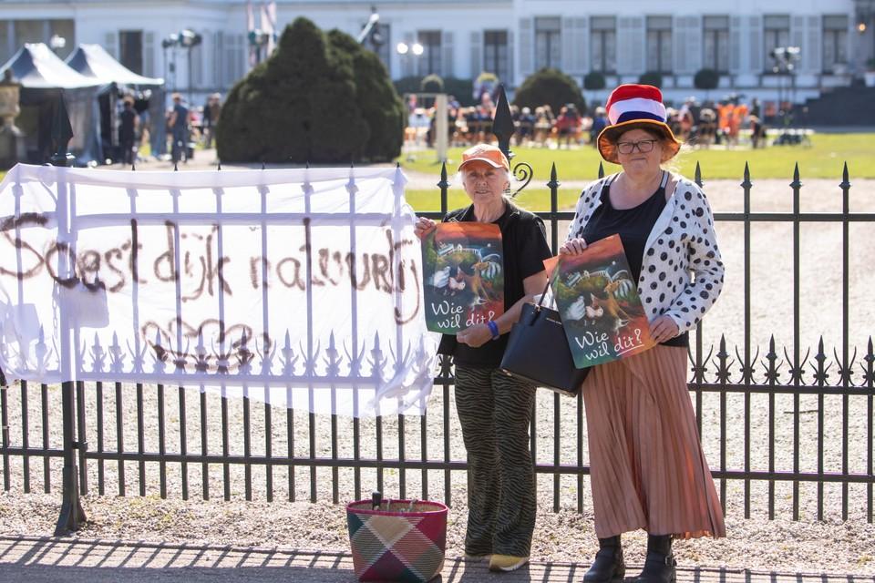 Actievoerders Connie Brood (oranje baseballpet) en Marianne Beekmans bij paleis Soestdijk.
