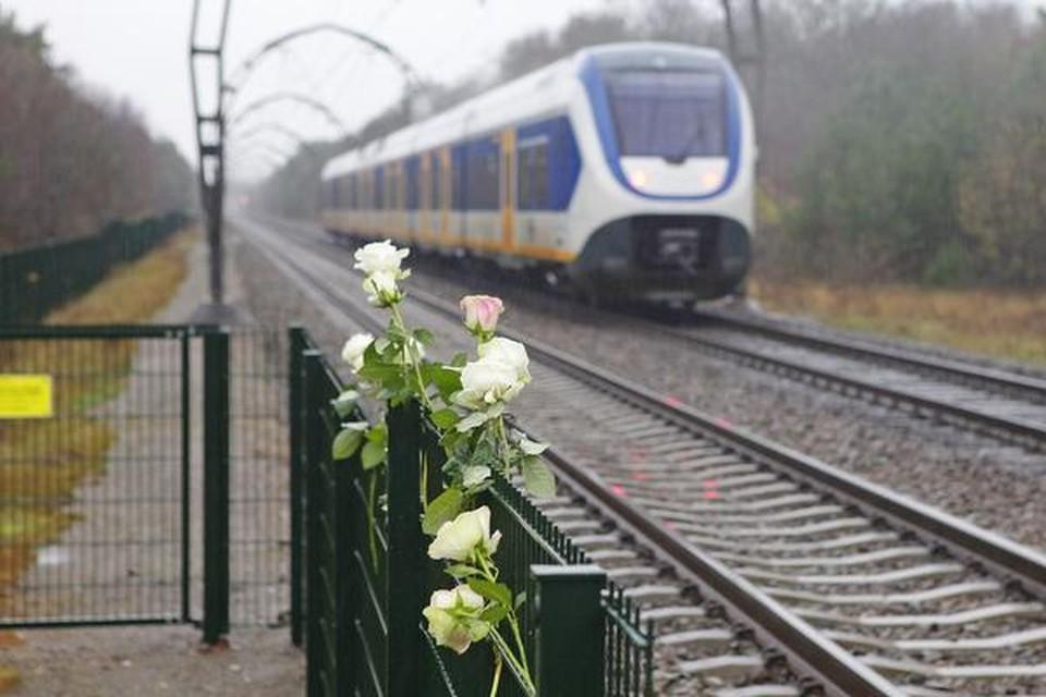 Bloemen bij de onbewaakte overweg waar Dascha werd gegrepen door een vroege trein richting Hilversum.