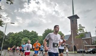Rennen rond de kerk tijdens feestweek Santpoort-Noord