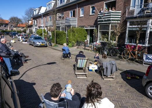 Bewoners spelen op gepaste afstand bingo op straat in Haarlem-Noord: 'Brakenburrrghbingo'