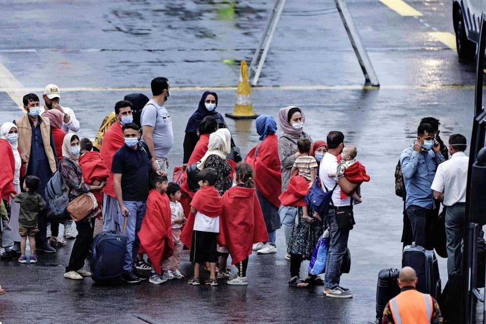 Een groep Afghaanse vluchtelingen op het platform van de Belgische luchthaven Melsbroek in België.