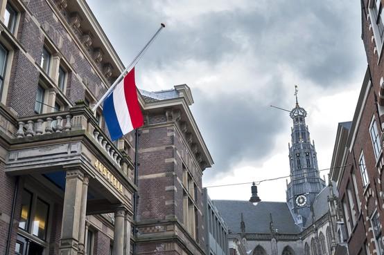 Condoleanceregister en vlag halfstok voor Derk Wiersum in Haarlem