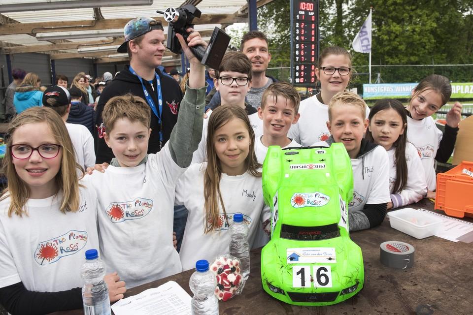 Tigo (groene mouw) aan het stuur van de model racewagen van de Rozenbeek om de Tata cup.
