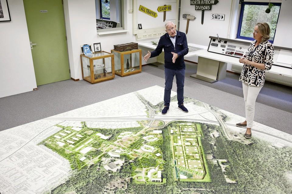 De directeur van GEM Crailo Jan Nieuwenhuizen staat samen met collega Ingeborg Vos bij de kaart van het projectgebied.