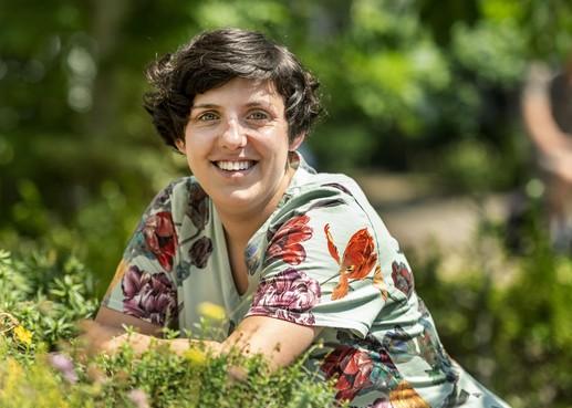 Op het fietsje door het dorp. Nieuwe predikant, Wilma van Rijn (32) beweegt zich tussen traditie en een veranderende wereld
