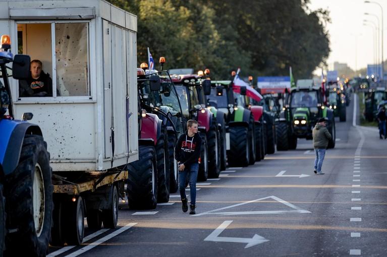 Boerenprotest De Bilt verloopt gemoedelijk; vele trekkers zorgen voor verkeersproblemen bij Utrecht [video]