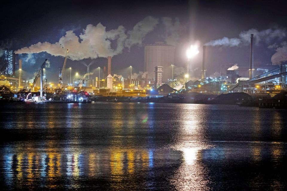 Zicht op Tata Steel in de avond.