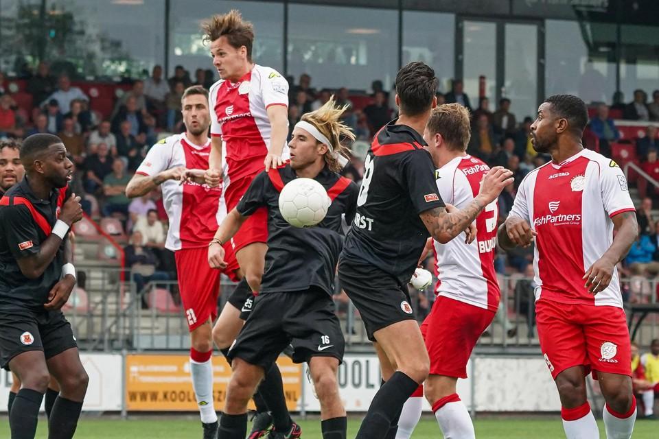 In een kluwen van spelers gaat Mitch Willems het duel aan met AFC'er Splinter de Mooij.