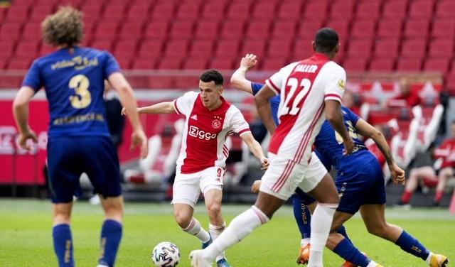 Ajax ook met tien man te sterk voor VVV (3-1); club uit Venlo degradeert [video]