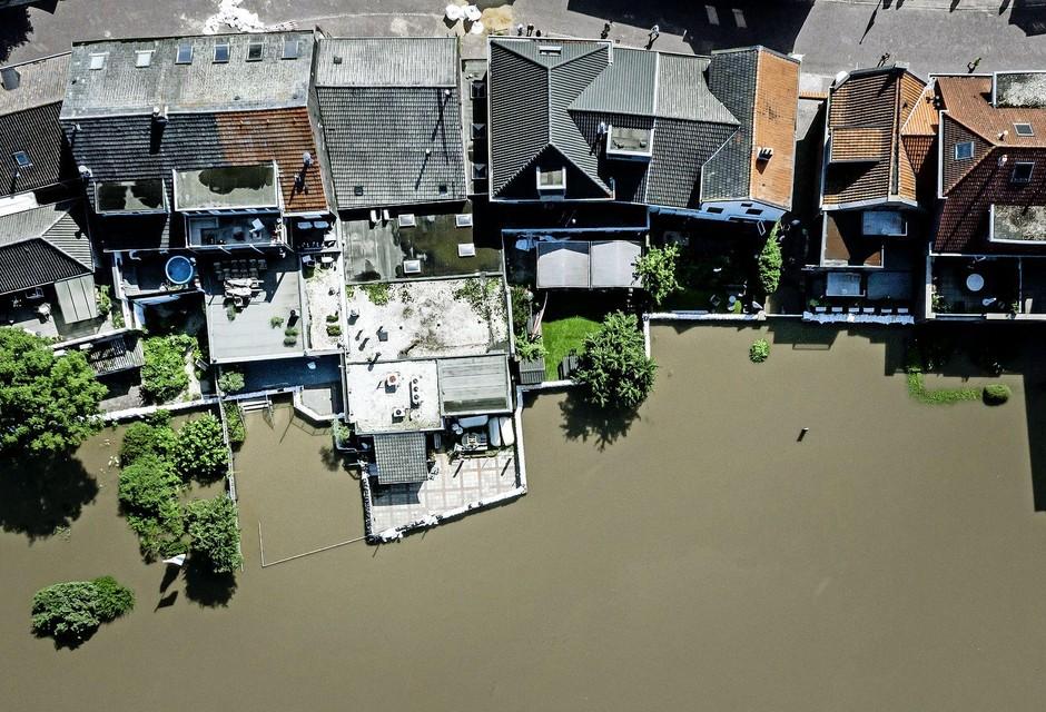 Dronefoto van het hoge water van de Maas bij het geëvacueerde Arcen (Limburg).