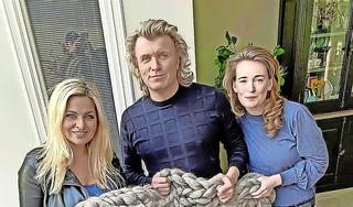 Sarah haalt 2.000 euro op voor Kika, veiling plaid van Bobbi Eden brengt het meeste op