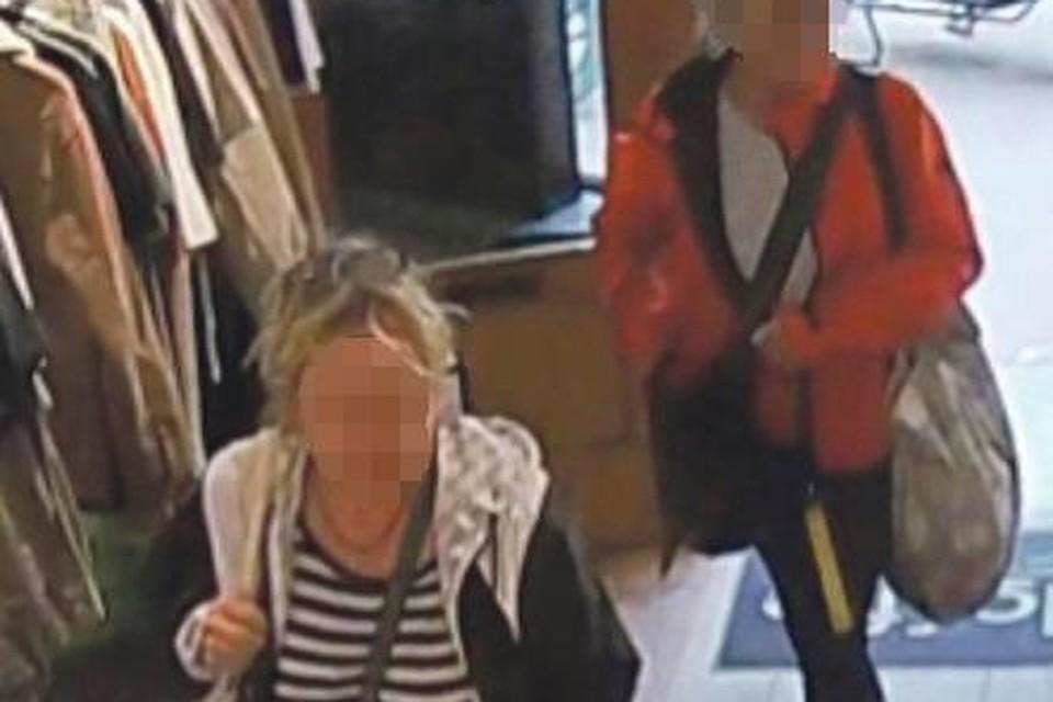 Een screenshot van de camerabeelden van Kloffie. De twee vrouwen zijn onherkenbaar gemaakt door Haarlems Dagblad.