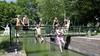 Muidense jeugd waagt sprong vanaf het Kippenbruggetje. 'Oh, heerlijk! Echt verfrissend!'