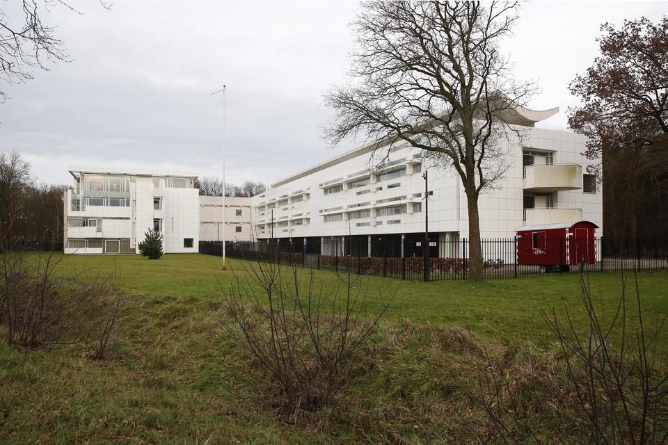 Het voormalige KNP-kantoor aan de Bonairelaan is het nieuwe, tijdelijke onderkomen van de Hilversumse politie.