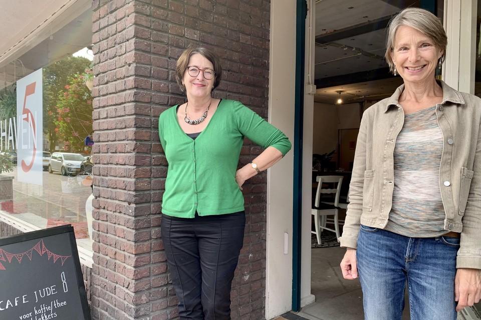 Margot Leeuwin en Karin Rienstra maken een plan voor een voedselbos in Huizen.
