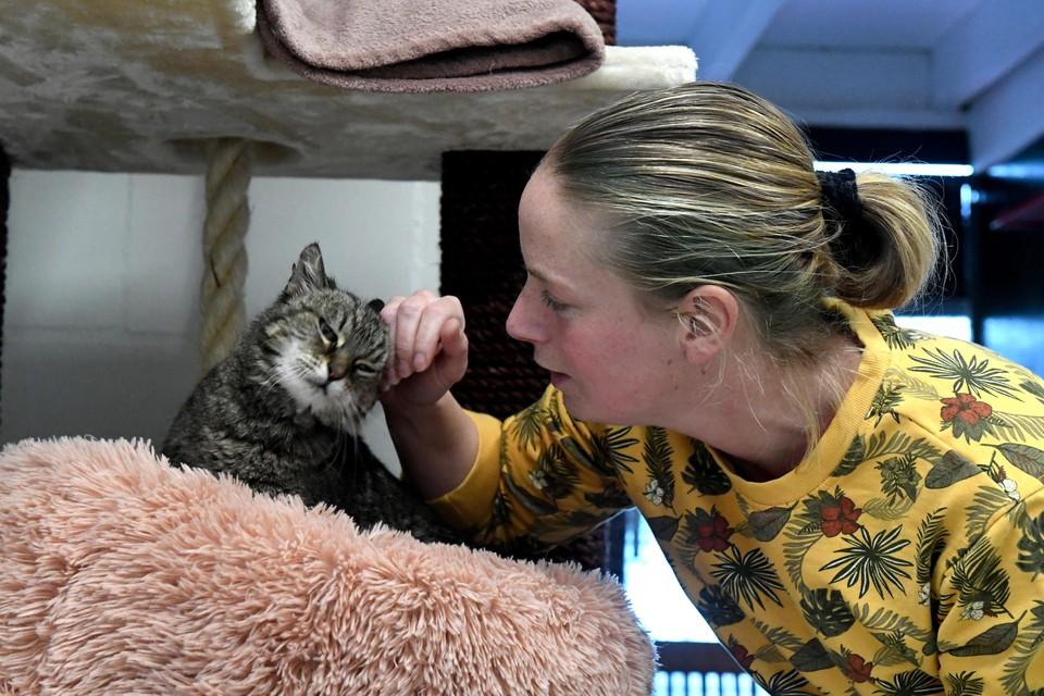Denise Domeyer vertroetelt haar kat.