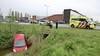 Auto wijkt uit voor overstekende haas en raakt te water in Lijnden