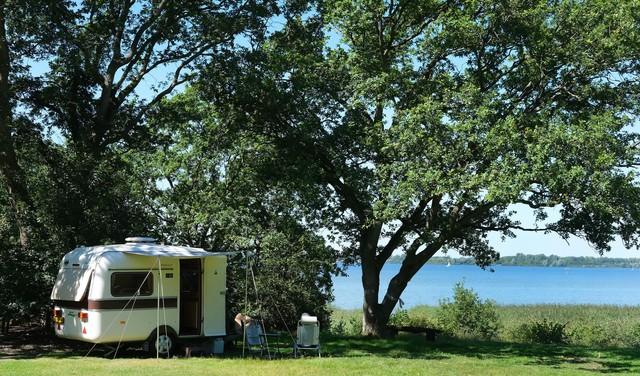 Ver voordat 'groen kamperen' populair werd, deden ze het hier al, in 1925: op het terrein van Nederlandse Toeristen Kampeer Club (NKTC) op de grens van Huizen en Naarden