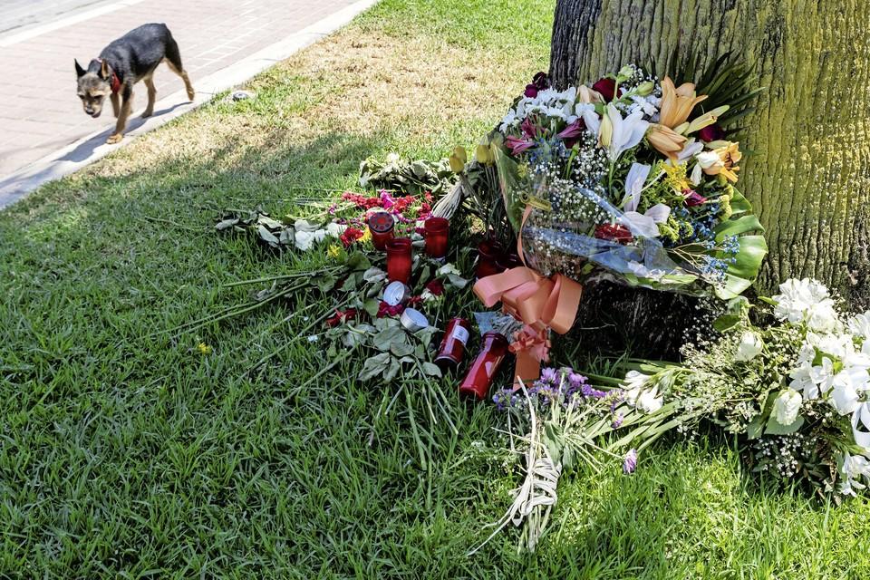 Bloemen op plek op Mallorca waar Carlo Heuvelman omkwam.