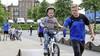 BMX'en als olympisch kampioen Niek Kimmann? Eerst maar eens leren 'pompen en door de bocht kijken'; Steppen, skaten en fietsen met buurtsportcoaches in Huizen