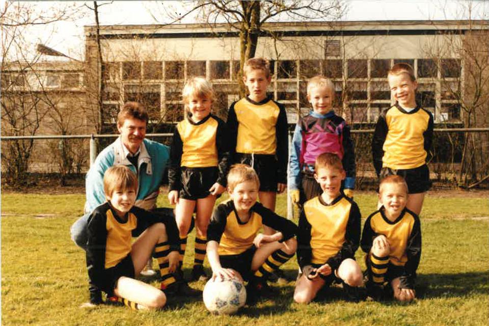 Maarten als derde van links. Uiterst links zijn vader.