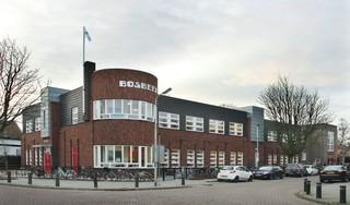 Bezorgde ouder kaart veiligheid schoolgaande kinderen Bosbeekschool Santpoort aan: 'Tachtig centimeter stoep is te weinig'