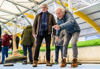 Honderd ouderen wonen evenement op Haarlemse ijsbaan bij: Spelen op ijs remt dementie