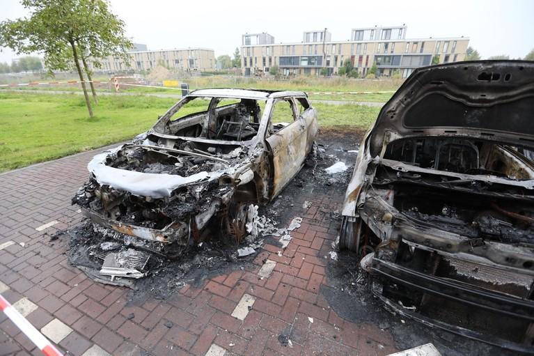Vier auto's aan de Biesheuvelstraat in Hoofddorp gaan in vlammen op