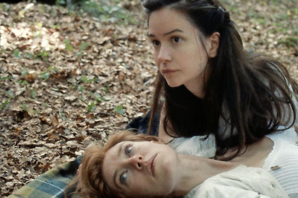 Vanessa Kirby geeft gestalte aan Tallie, de op flinke afstand wonende buurvrouw van Abigail (Katherine Waterston).